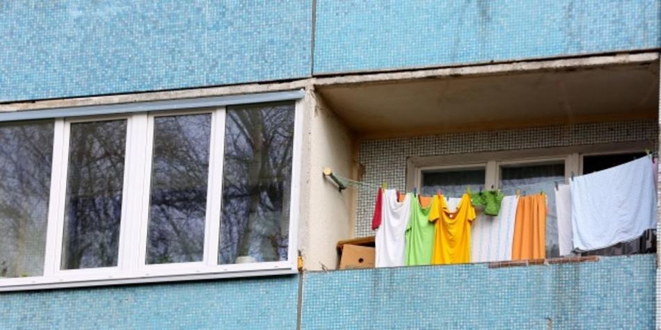 Отремонтированный балкон и требующий ремонт